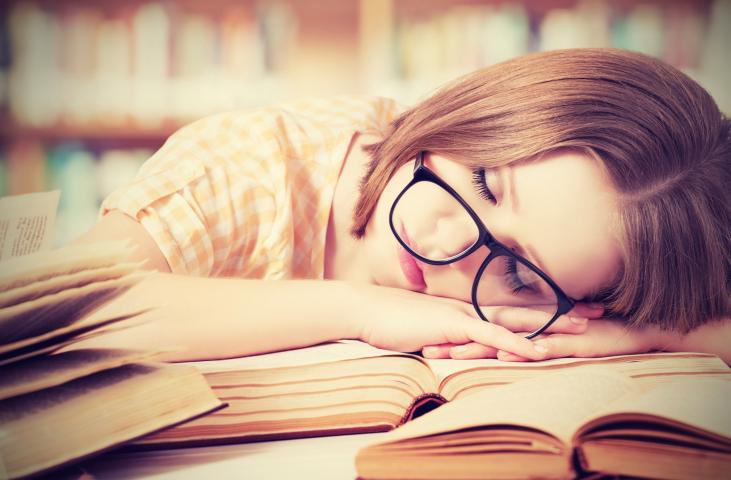 dormindo sobre livros